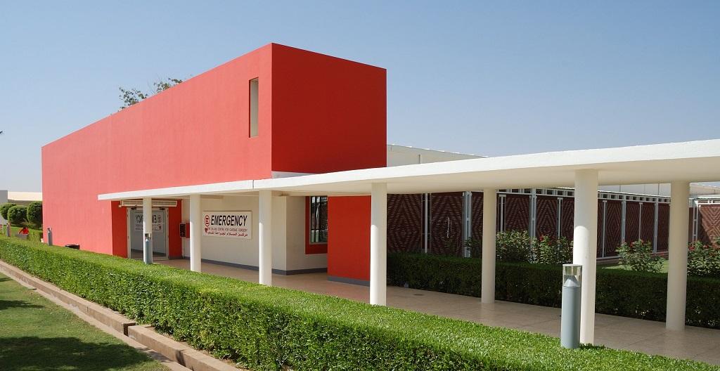 Usos alternativos de los contenedores marítimos: Un hospital y una escuela